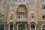 Denkmalgeschützte Fenster einer Stuckfassade weiß deckend restauriert